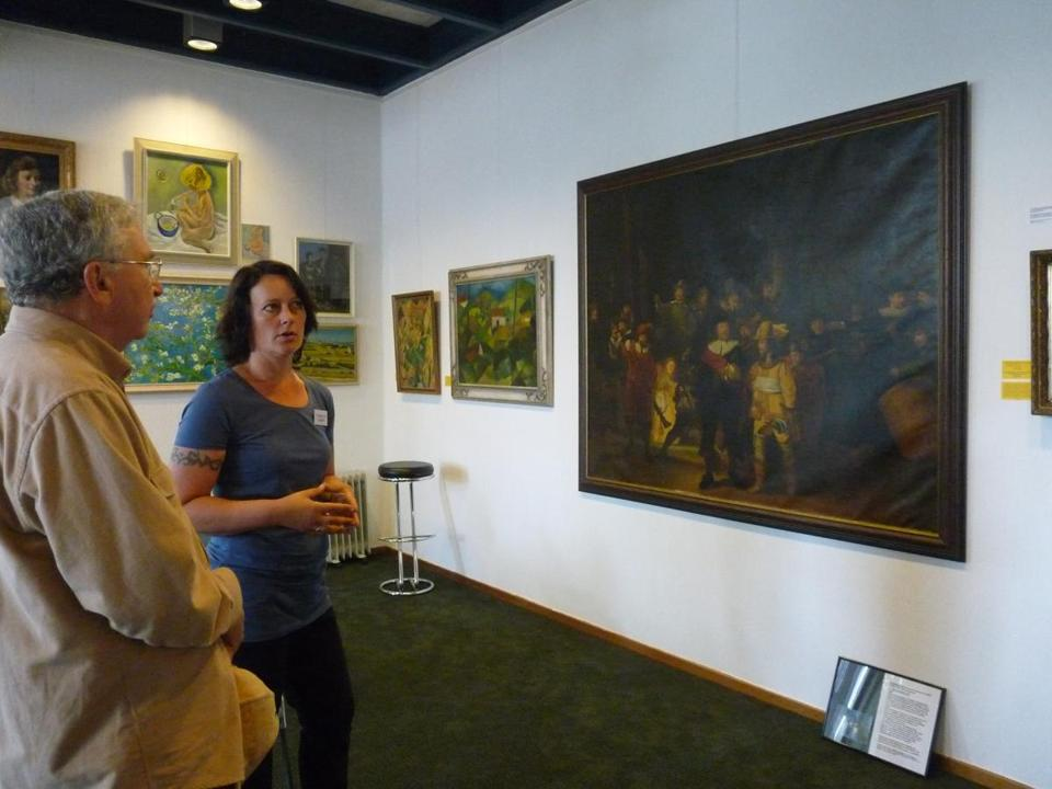 Guide Sandra Goos with a visitor to the Valse Kunst Museum.
