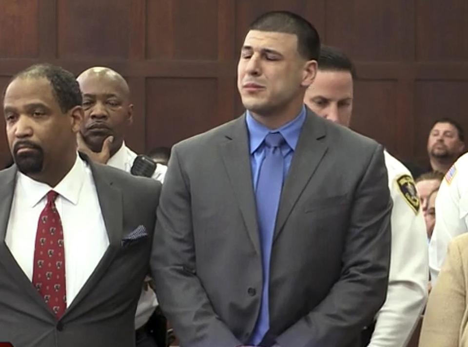 Aaron Hernandez, à direita, ouviu ao lado do advogado de defesa Ronald Sullivan, como ele foi encontrado não culpado de duplo assassinato.