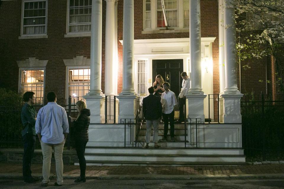A faculty committee at Harvard University has recommended forbidding students from joining final clubs.