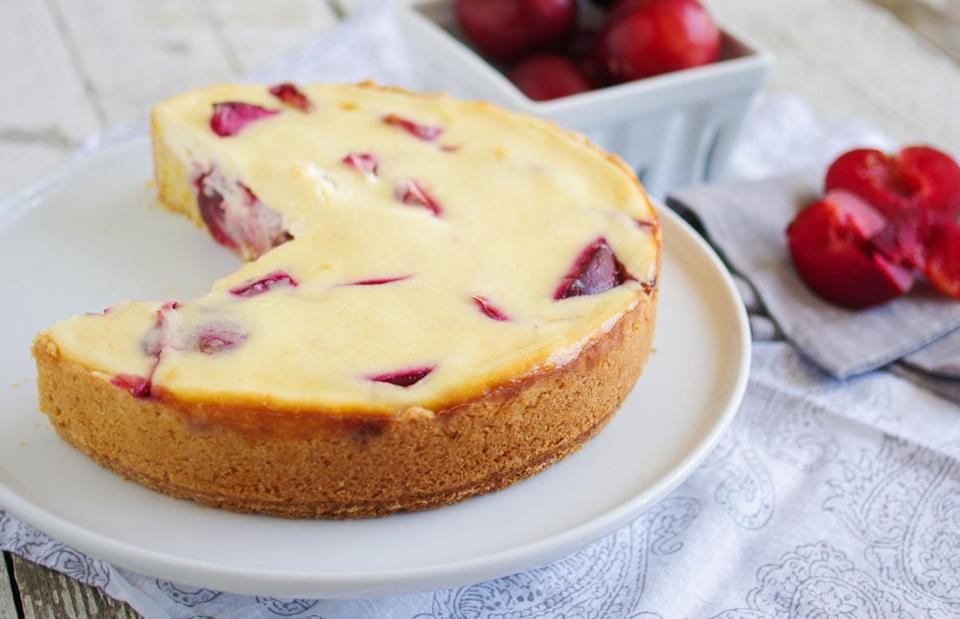 bake this kuchen with press in the pan pastry sliced plums and a cheesecake topping the boston globe - Kuchen U Form Bilder
