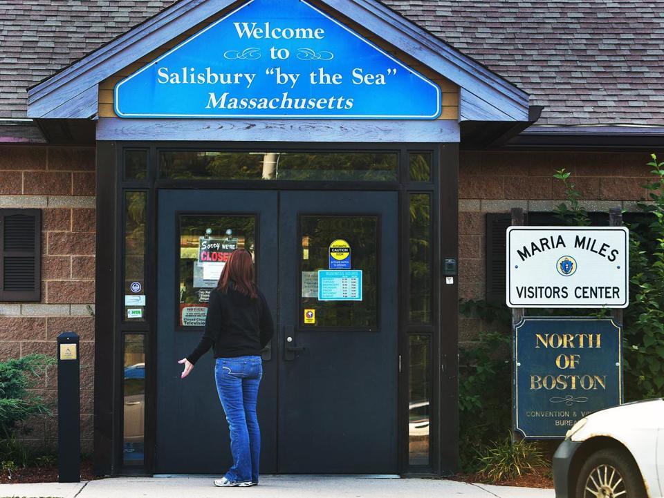 A woman reacted as she read the u201cSorry Weu0027re Closedu201d sign on & Travelers find Massachusettsu0027 doors locked - The Boston Globe pezcame.com