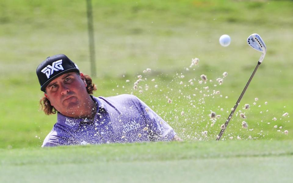 epa06214522 Pat Perez of the US hits from a sand trap by the eighteenth green during practice for the Tour Championship at East Lake Golf Club in Atlanta, Georgia, USA, 19 September 2017. The Tour Championship is the fourth of four playoff tournaments where the FedEx Cup will be awarded. EPA/TANNEN MAURY