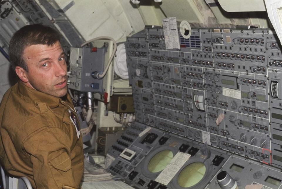 Mr. Weitz, who also served on the first crew of the orbiting space laboratory Skylab, logged 793 hours in space.