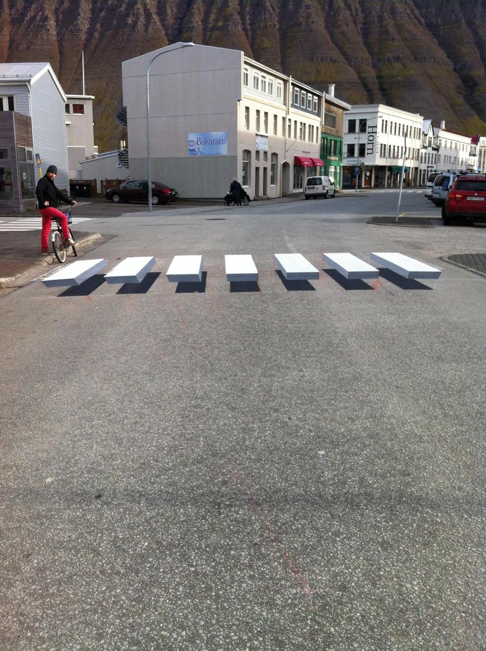 04illusion - The scenic town of êsafjšr?ur, Iceland recently installed a 3-D crosswalk on a centrally-located street. (Ralf Trylla / Town of êsafjšr?ur, Iceland)