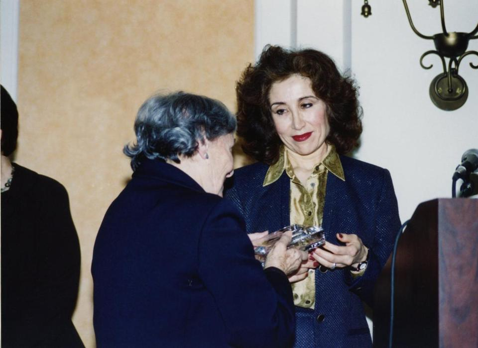 SIma Wali, President of Refugee Women in Development, receives Amnesty International's Ginetta Sagan Award from Ginetta Sagan in San Francisco, California, in 1999.