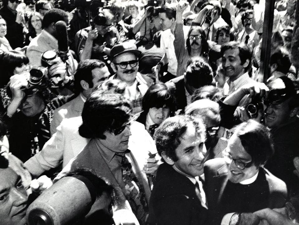 6/28/1971 Daniel Ellsberg (foreground, right center) pushes through crowd on the way to give himself up at Federal Court on charges related to the leaking of the Pentagon papers. story slug: 08MIT BGL Boston Globe staff photo/William Ryerson Library Tag 08082010 National/Foreign