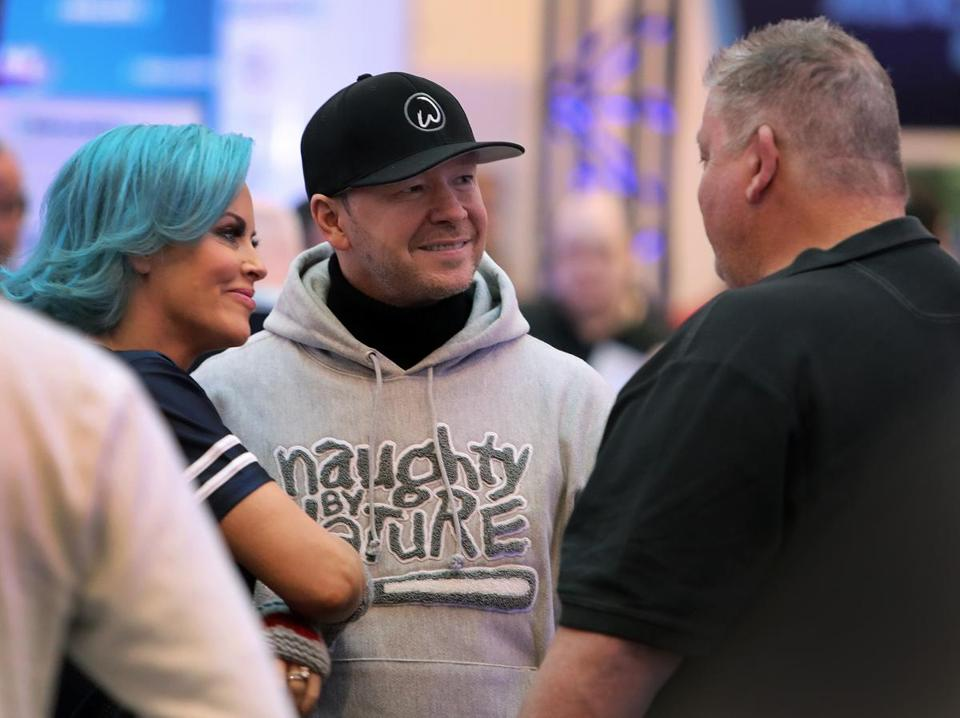 Donnie Wahlberg (center) and wife Jenny McCarthy chat up former Patriots offensive coordinator Charlie Weis at the Mall of America.