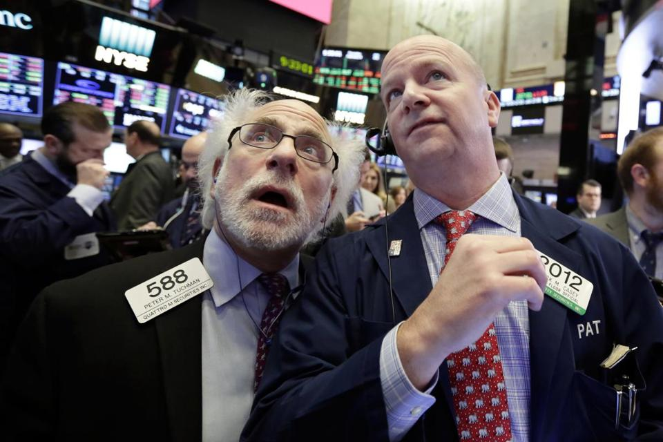 Traders Peter Tuchman (left) and Patrick Casey, on the floor of the New York Stock Exchange, reacted last Thursday as the Dow Jones industrial average lost more than 1,000 points for the second time in the week.
