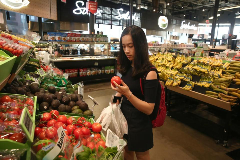 Mandy Xu shops with a digital app.