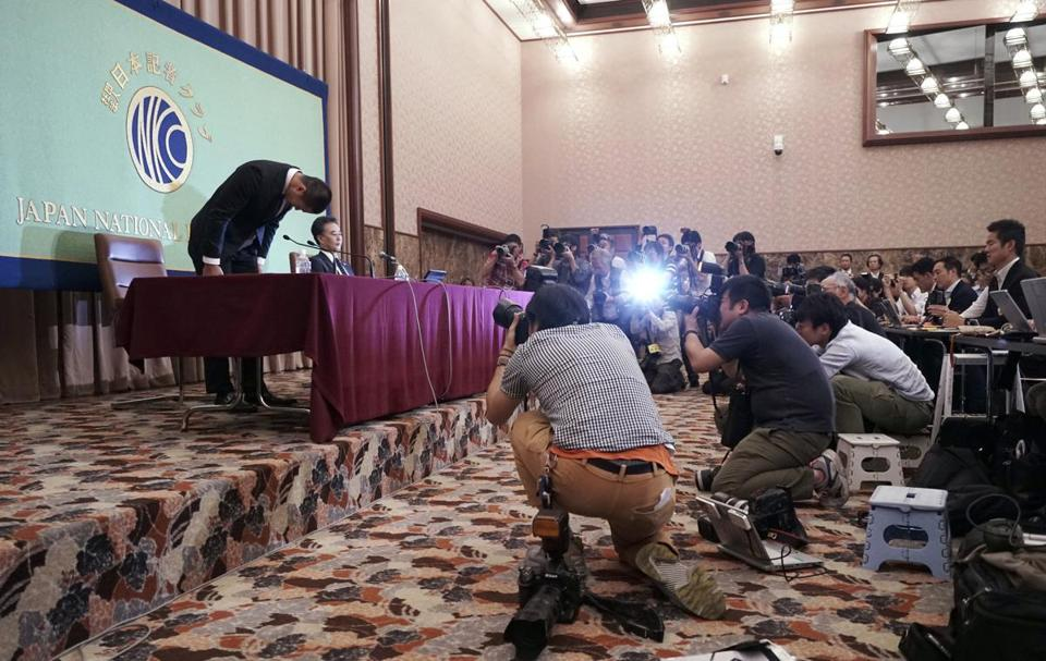Nihon University's American football player Taisuke Miyagawa bowed at a news conference to apologize for intentionally injuring the quarterback of an opposing team.