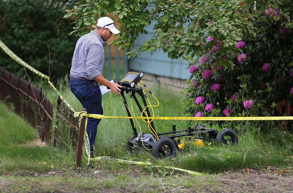 An expert in ground-penetrating radar pushed a device across Weldon's front yard.