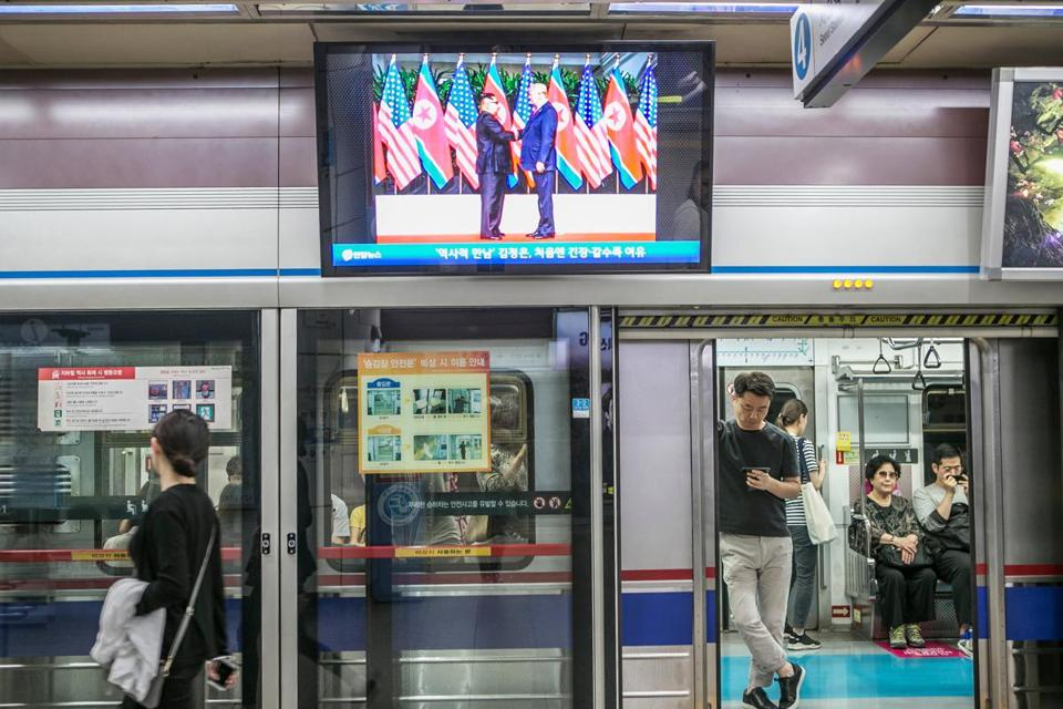 A broadcast of President Trump and North Korean leader Kim Jong Un at their summit was shown at a Seoul subway site.