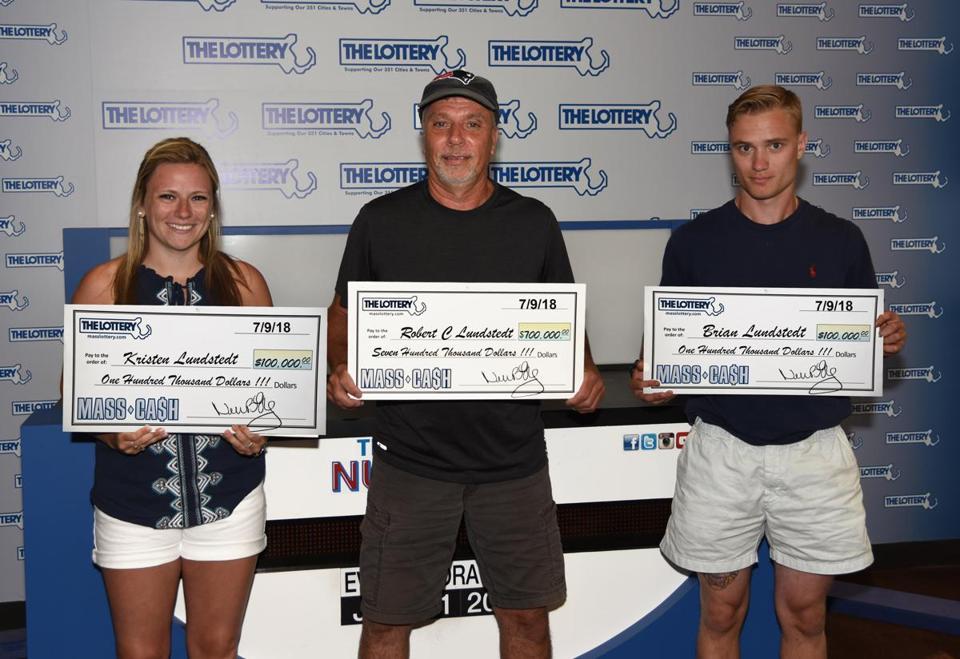 Robert Lundstedt com seus filhos, Kristen e Brian, quando eles pegaram seus cheques de loteria na manhã de quarta-feira.