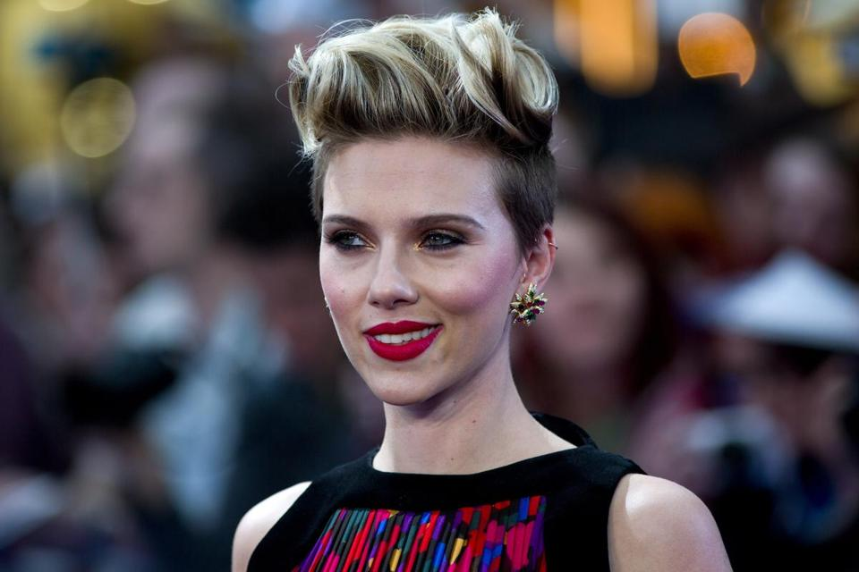 US actress Scarlett Johansson poses on the red carpet for the European premiere of the film 'Avengers: Age of Ultron' in London on April 21, 2015. AFP PHOTO / JUSTIN TALLIS (Photo credit should read JUSTIN TALLIS/AFP/Getty Images)
