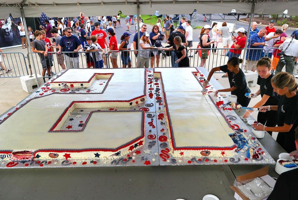 Tom Bradys Birthday Cake Weighs 1200 Pounds Made With 250 Of Sugar