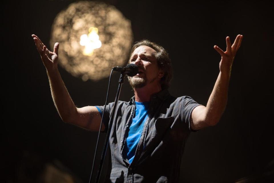 Pearl Jam brings the heat at Fenway - The Boston Globe