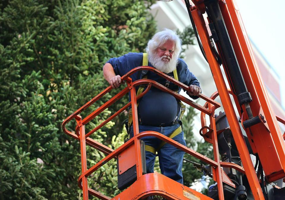 Boston 11/7/18 Bill Schaaf, 59 from Jamaica Plain manuevers a lift to the Christmas tree being worked on at the facade of the Macy store in Downtown Crossing. During the holiday season, he works as Santa.Photo by John Tlumacki/Globe Staff(sports)