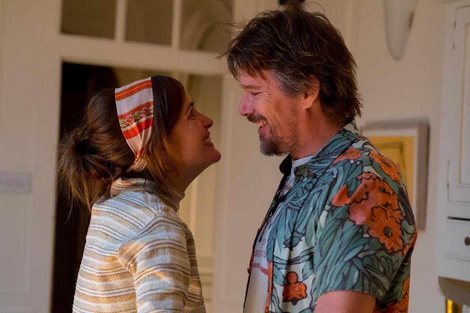 Rose Byrne and Ethan Hawke in JULIET, NAKED. Photo credit: Alex Bailey. Courtesy of Lionsgate and Roadside Attractions.
