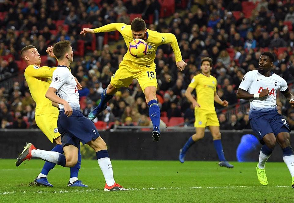 LONDON, ENGLAND - NOVEMBER 24: Olivier Giroud of Chelsea scores his team's first goal during the Premier League match between Tottenham Hotspur and Chelsea FC at Tottenham Hotspur Stadium on November 24, 2018 in London, United Kingdom. (Photo by Mike Hewitt/Getty Images)