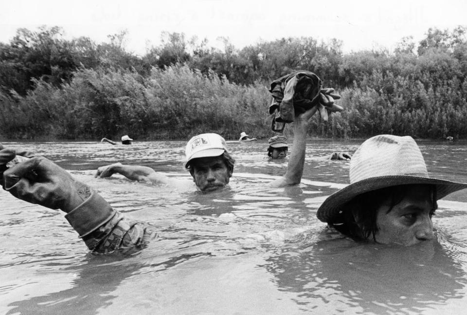 TX - 8/1987: Mexicans who lack legal entry permits wade neck-high in the murky waters of the Rio Grande, crossing from Mexico to El Ranchito, Texas to work in okra fields, August 1984. (Stan Grossfeld/Globe Staff) --- BGPA Reference: 170215_MJ_010