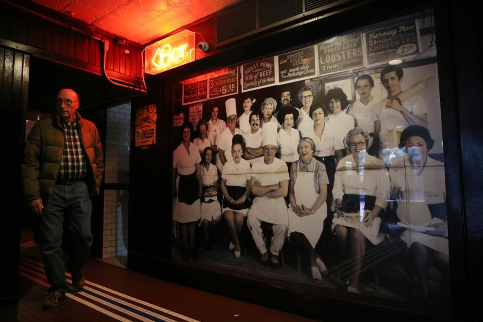 A photo of Durgin-Park's staff, believed to be from the 1980s, was displayed at the bar entrance.