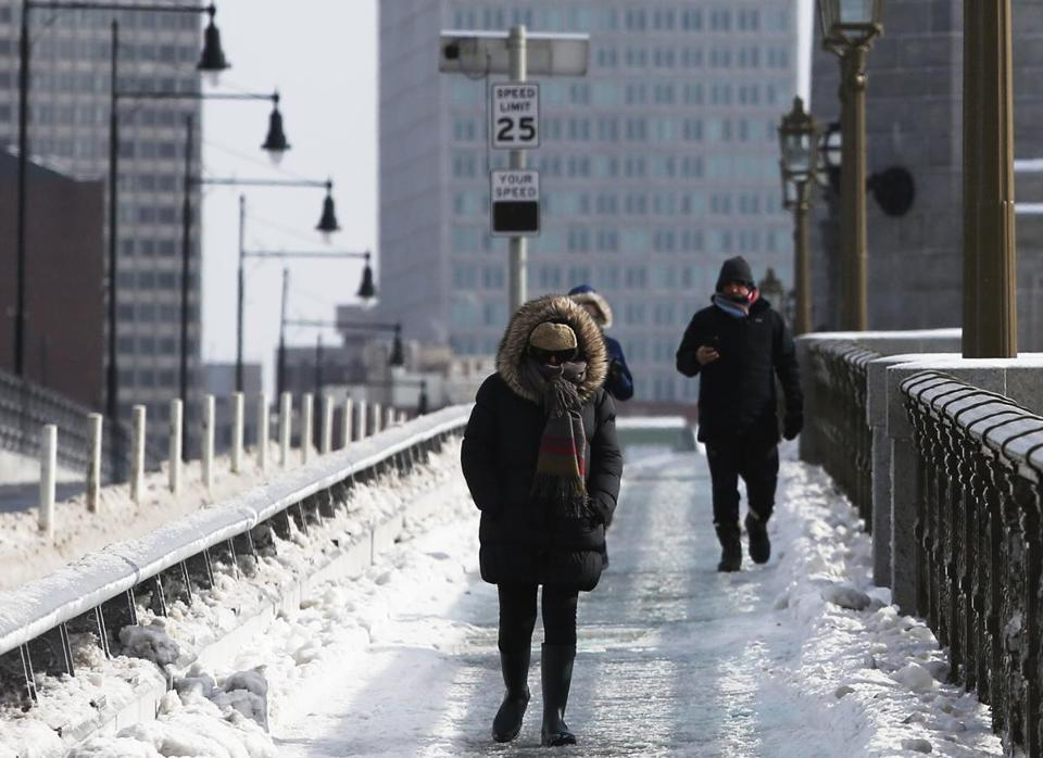 Cambridge, MA, 01/21/2019 -- People crossing the Longfellow Bridge bundled against the cold. (Jessica Rinaldi/Globe Staff) Topic: Reporter: