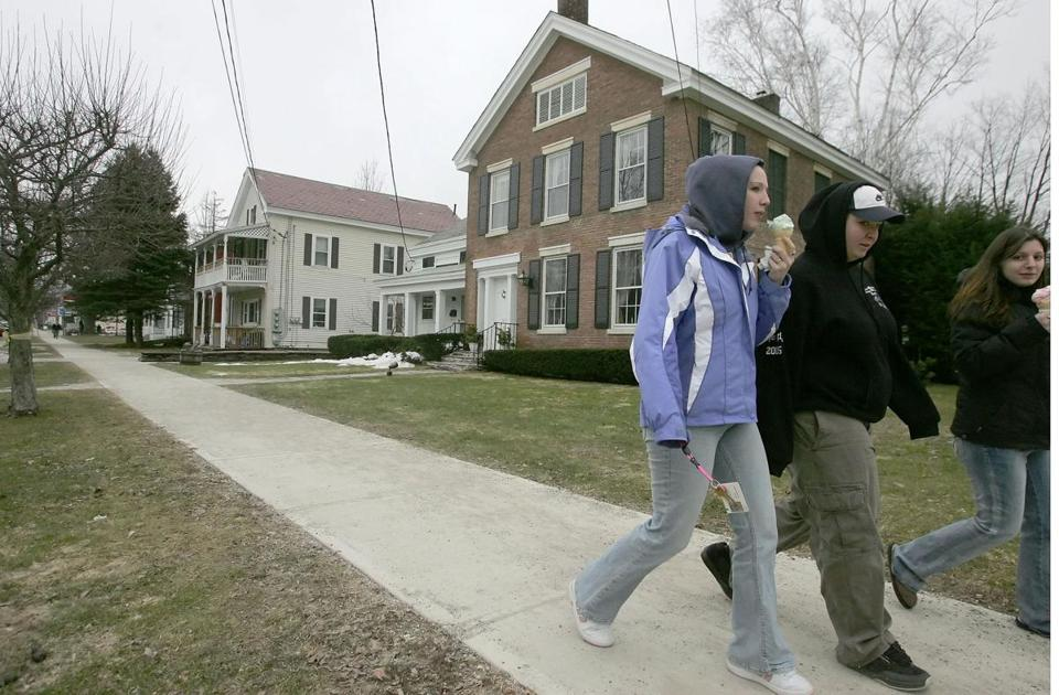 *RETRANSMISSION TO CHANGE SLUG TO FEWER-VERMONTERS. NO OTHER CHANGES -- (NYT51) POULTNEY, Vt. -- March 3, 2006 -- FEWER-VERMONTERS -- Students from Green Mountain College pass the college's Dean's home along Main Street across from the campus, Feb. 9, 2006. Vermont schools like Green Mountain College draw many students from other states, but most Vermonters choose to attend college elsewhere. (Librado Romero/The New York Times)