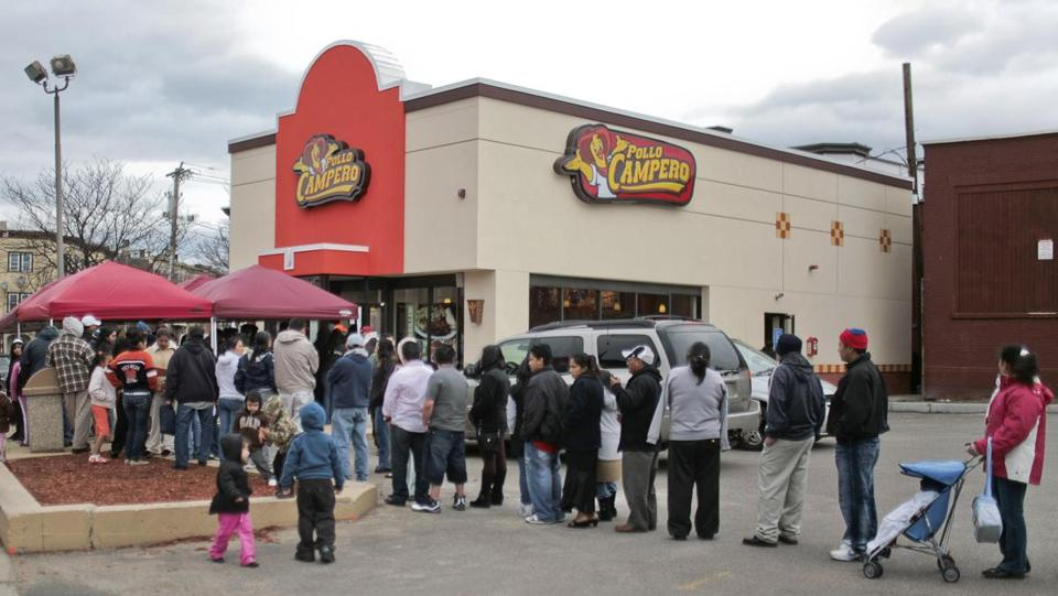 04/04/2009 CHELSEA, MA A long line of patrons forms outside the newly-opened Pollo Campero in Chelsea. (ARAM BOGHOSIAN FOR THE BOSTON GLOBE) / library tag 04112009 metro