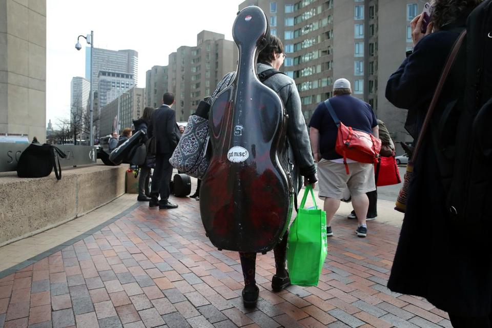 Sarah Freiberg carried her cello as she headed to board the bus to New York.