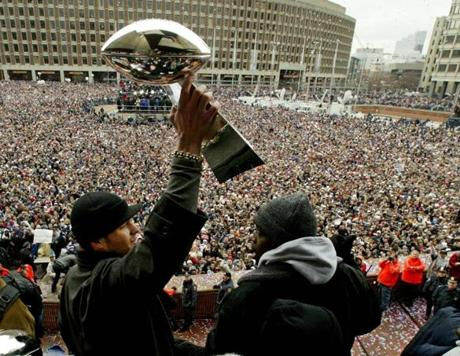 New England Patriots quarterback and Super Bowl most valuable player Tom Brady holds up the Vince Lombardi trophy, during their victory rally in Boston, February 3, 2004. Thousands of NFL fans attended the rally for the Super Bowl champions. REUTERS/Jim Bourg Library Tag 02042004 Sports Page One 2004patsedit