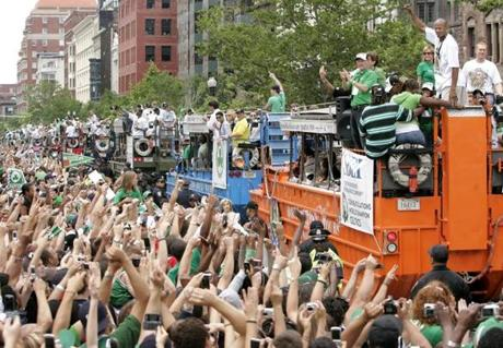 Boston Celtics' Ray Allen, top right, acknowledges cheers of fans along a parade route through Boston, Thursday, June 19, 2008. The Celtics players rode in a convoy of amphibious vehicles as part of a rolling rally through downtown Boston to celebrate the teams first NBA Championship in 22 years. (AP Photo/Steven Senne) / OUTTAKe 0706 lanecelts2008