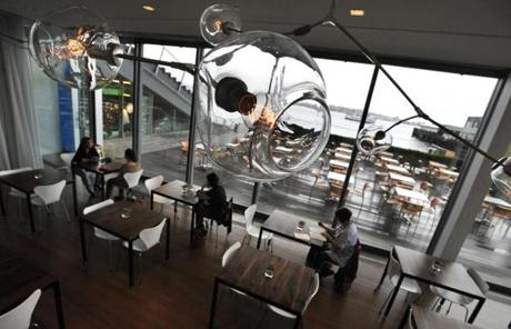Diners at the Water Cafe at the Institute of Contemporary Art. JOSH REYNOLDS FOR THE BOSTON GLOBE (Living/Arts, First)