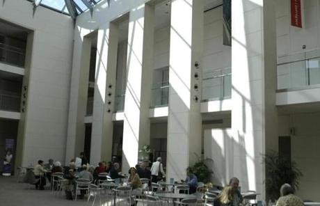 FROM MERLIN ARCHIVE DO NOT RESEND TO LIBRARY Salem, MA,3/30/05 Peabody Essex Museum Cafe diners are seated under skylights.staff/photo Jonathan Wiggs ( Library Tag 04072005 Calendar 23artfacts