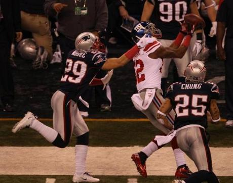 INDIANAPOLIS, IN FEBRUARY 5, 2012 SUPER BOWL XLVI NEW ENGLAND PATRIOTS VS. NEW YORK GIANTS New York Giants' Mario Manningham #82 catches the ball in the fourth quarter of Super Bowl XLVI at Lucas Oil Stadium in Indianapolis, IN on Sunday, February 5, 2012. (John Tlumacki/Globe Staff Photo)