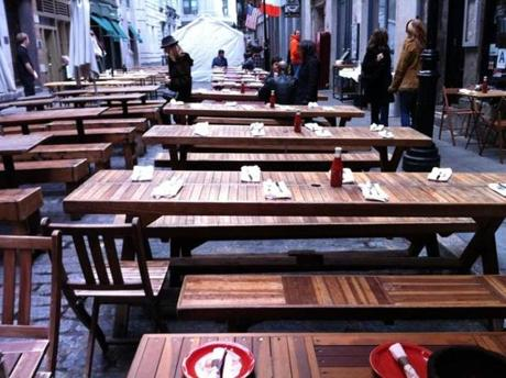 Restaurant tables fill the narrow pedestrian-only part of Stone Street. Make sure you are on Stone Street east of Broad Street.