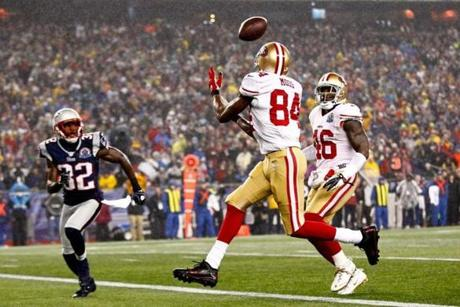 49ers receiver Randy Moss caught a pass thrown by quarterback Colin Kaepernick to score a touchdown in the first quarter.