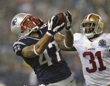 Patriots tight end Michael Hoomanawanui made a long reception in front of Donte Whitner during third quarter.