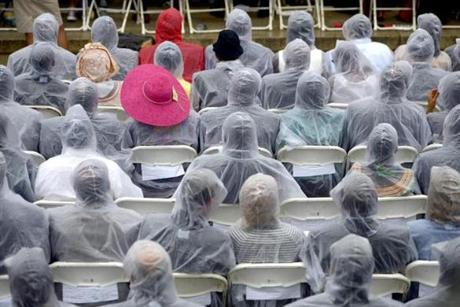 epa03840618 Spectators wear ponchos as rain starts to fall during the 'Let Freedom Ring' ceremony to commemorate the 50th anniversary of the March on Washington for Jobs and Freedom at the Lincoln Memorial in Washington, DC, USA, 28 August 2013. EPA/SHAWN THEW