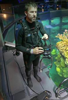 Bauernfeind now has a microphone when he dives and can communicate with the visitors outside the tank.