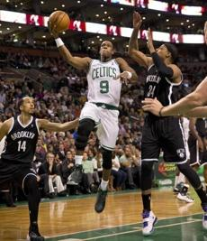 Rajon Rondo drove to the basket in between Shaun Livingston (left) and Paul Pierce.