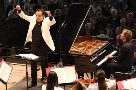 Swiss conductor Charles Dutoit took the helm of the Tanglewood Music Center Orchestra for The Leonard Bernstein Memorial Concert at Tanglewood, Sunday, August 17. The talented young fellows performed an all-Russian program featuring Stravinsky's Scherzo fantastique and the complete ballet score for The Firebird, as well as Rachmaninoff's Piano Concerto No. 3, for which they were joined by Russian soloist Nikolai Lugansky. Photos: Hilary Scott -- 19tanglewood 22clasno