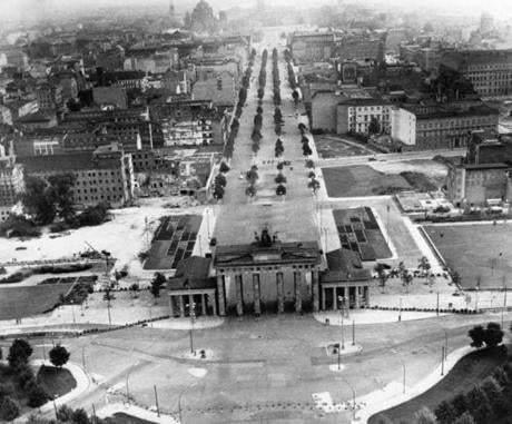 August 30 1961 / AP Wirephoto / WHERE EAST MEETS WEST IN BERLIN - The border dividing East and West in Berlin at famed Brandenburg Gate appears as a no man's land in this airview taken from a helicopter August 26. Communist East sector of the divided city is in the background. berlinwall