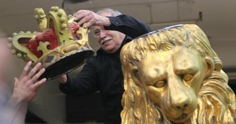 Shure removed crown from the lion statue.