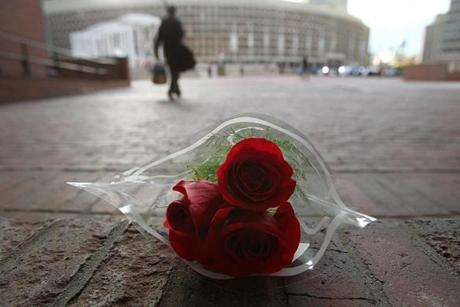 Boston, Ma., 10/30/14, Mayor Thomas M. Menino passes away and City Hall reacts. People leave at the end of the day and walk past a bouquet of flowers on the steps. Suzanne Kreiter/Globe staff (The Boston Globe.