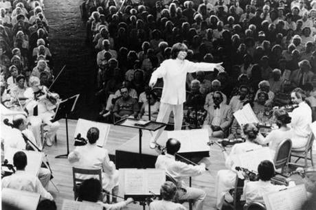 FROM MERLIN ARCHIVE DO NOT RESEND TO LIBRARY Seiji Ozawa leads the Boston Symphony Orchestra in the Shed at Tanglewood. Photo: Walter H., Scott Library Tag 07072002 Arts Library Tag 12102009 Obituaries